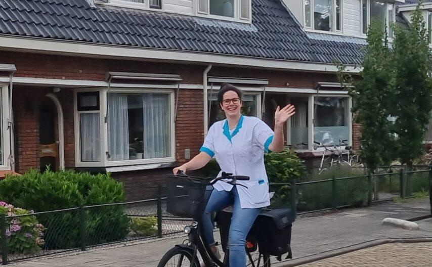 Medewerkers Zorg Thuis bezoeken cliënten op de fiets